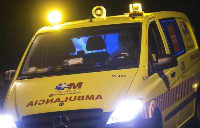 10月16日、スペイン当局は、エボラ出血熱が疑われる症状が新たに4人に確認されたと発表した。写真は患者を搬送する救急車(2014年 ロイター/Juan Medina)