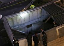 Policiais examinam local de acidente em Seongnam, na Coreia do Sul. 17/10/2014  REUTERS/Kim Hong-Ji