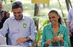 Candidato dos PSDB à Presidência, Aécio Neves, ao lado de Marina Silva.  17/10/2014  REUTERS/Paulo Whitaker
