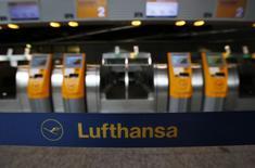 Le syndicat Vereinigung Cockpit (VC) des pilotes de la compagnie aérienne allemande Lufthansa a lancé un appel à la grève pour lundi et mardi, une initiative qui concerne les équipages des Airbus 320 et des Boeing 737. /Photo prise le 30 septembre 2014/REUTERS/Ralph Orlowski