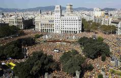 Partidarios de la independencia de Cataluña se reunen en una manifestación en Barcelona. Decenas de miles de manifestantes se reunieron el domingo en el centro de Barcelona para reclamar al Gobierno catalán que convoque elecciones anticipadas, a fin de dar paso a una coalición soberanista que declare la escisión de España. REUTERS/Albert Gea