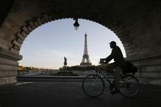 Un hombre pasa en bicicleta bajo un puente cerca de la Torre Eiffel en París. Octubre 18, Reuters. REUTERS/Gonzalo Fuentes.  Alemania y Francia están discutiendo en privado un acuerdo que permitiría a la Comisión Europa aprobar el primer borrador de París sobre su presupuesto 2015, aunque viola compromisos pasados sobre la reducción de la deuda, dijo el domingo el semanario alemán Der Spiegel.