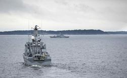 Шведские военные корабли патрулируют Стокгольмский архипелаг 19 октября 2014 года. Швеция в воскресенье опубликовала нечеткую фотографию таинственного судна в Стокгольмском архипелаге в разгар поисков иностранной субмарины либо водолазов. REUTERS/Marko Savala/TT News Agency