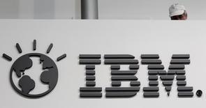 Un trabajador atrás de un stand con el logo de IBM en una feria computacional en Hanover. Imagen de archivo, 26 febrero, 2014. Las acciones operaban mixtas el lunes en la bolsa de Nueva York, ya que si bien el S&P 500 y el Nasdaq registraban alzas modestas, el Dow Jones caía por unos decepcionantes resultados trimestrales de IBM. REUTERS/Tobias Schwarz