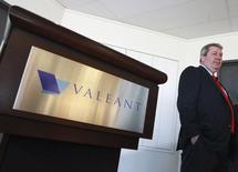 Selon le directeur général de Valeant Pharmaceuticals Michael Pearson, le laboratoire canadien reste déterminé à racheter Allergan et pourrait relever son offre hostile. /Photo prise le 20 mai 2014/REUTERS/Christinne Muschi