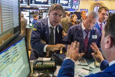 Unos operadores en la bolsa de Wall Street en Nueva York, oct 17 2014. Las acciones estadounidenses subían en general, con alzas para los índices S&P 500 y Nasdaq, pero el promedio industrial Dow Jones bajaba presionado por la decepción de los inversores con los resultados de IBM.  REUTERS/Lucas Jackson