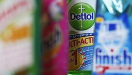 Reckitt Benckiser Group, le fabricant britannique de produits de consommation courante, annonce des ventes inférieures aux attentes au titre du troisième trimestre du fait de marchés difficiles en Europe et d'une politique de stockage plus prudente de ses pastilles contre le rhume aux Etats-Unis. /Photo d'archives/REUTERS/Stephen Hird