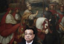 El primer ministro Li Keqiang durante una conferencia de prensa en el Palacio Chigi en Roma. Imagen de archivo, 14 octubre, 2014. El crecimiento económico de China bajó a un 7,3 por ciento entre julio y septiembre respecto al año precio, su menor expansión desde la crisis financiera global, lo que refuerza las expectativas de que Pekín necesitará aplicar más medidas de estímulo para evitar una desaceleración más fuerte. REUTERS/Max Rossi