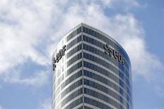 EDF est la seule valeur du CAC 40 dans le rouge à mi-séance à la Bourse de Paris. JP Morgan a abaissé son objectif de cours de 24,0 à 22,0 euros, estimant que le nouveau cadre tarifaire de l'électricité est très peu attractif pour les actionnaires minoritaires d'EDF. /Photo prise le 21 octobre 2014/REUTERS/Charles Platiau