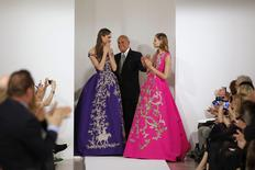 Designer Oscar De La Renta smiles with model Karlie Kloss (L) and another model after presenting his Autumn/Winter 2013 collection during New York Fashion Week in this February 12, 2013 file photo. REUTERS/Lucas Jackson
