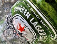 Una botella de Heineken en hielo vista en una fotografía tomada en Singapur. Imagen de archivo, 10 mayo, 2012. Heineken, la tercera mayor cervecera del mundo, reportó unas ventas de cerveza por debajo de lo esperado en el tercer trimestre luego de que el clima húmedo redujo el consumo en Europa, aunque mantuvo su pronóstico para todo el año. REUTERS/Matthew Lee