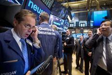 Un grupo de operadores en el parqué de Wall Street en Nueva York, oct 20 2014. Las acciones de Estados Unidos subían el miércoles y los principales índices se encaminaban a una quinta sesión consecutiva al alza debido a que los títulos de empresas de tecnología escalaban nuevamente por sólidos resultados. REUTERS/Brendan McDermid