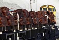 Un tren con un cargamento de cátodos de cobre a las afueras de la mina Chuquicamata en el Norte de Chile, abr 1 2011. El precio del cobre cayó el miércoles presionado por un alza del dólar frente al euro y preocupaciones por un creciente suministro en el mercado, aunque perspectivas de que se implementen nuevas medidas de política monetaria en Europa y China limitaron las pérdidas. REUTERS/Ivan Alvarado