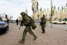 Armed RCMP officers head towards the Langevin Block on Parliament Hill following a shooting incident in Ottawa October 22, 2014. REUTERS/Chris Wattie