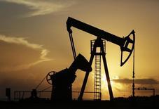 Станок-качалка на нефтяном месторождении близ Гаваны 11 июля 2014 года. Цены на нефть снижаются после сообщения о значительном росте запасов в крупнейшем потребителе нефти США. REUTERS/Enrique De La Osa