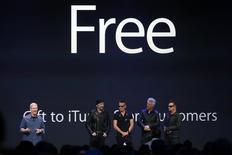El presidente ejecutivo de Apple, Tim Cook, junto a la banda de rock U2 durante un evento en el Flint Center, en Cupertino, California, 9 sept, 2014. El nuevo álbum que la banda irlandesa U2 lanzó gratuitamente en iTunes, la tienda en línea de Apple, tuvo un debut poco exitoso en sus ventas comerciales, ocupando el puesto 9 en su primera semana en la lista de ventas Billboard 200 el miércoles. REUTERS/Stephen Lam