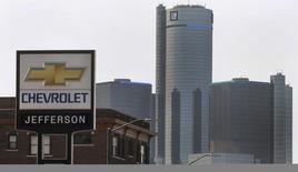 General Motors affiche un bénéfice de 1,38 milliard de dollars au troisième trimestre, un résultat supérieur aux attentes grâce une demande solide sur le marché américain et en Chine. /Photo d'archives/REUTERS/Rebecca Cook
