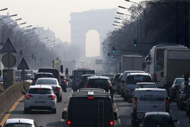 Rush hour traffic fills an avenue leading up to the Arc de Triomphe which is seen through a small-particle haze at Neuilly-sur-Seine, Western Paris, March 13, 2014. REUTERS/Charles Platiau