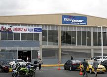El exterior de una tienda PriceSmart en Bogotá. 23 octubre, 2014. La estadounidense PriceSmart, la cadena más grande de clubes de compras por membrecía en América Central y el Caribe, duplicará su presencia en Colombia con la inauguración de tres nuevas tiendas como parte de su expansión en el mercado de ventas minoristas del país sudamericano, dijo un directivo. REUTERS/John Vizcaino