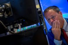 Трейдер на Нью-йоркской фондовой бирже 23 июля 2014 года. Азиатские фондовые рынки завершили торги пятницы и неделю разнонаправленно под влиянием экономической статистики и локальных факторов.  REUTERS/Brendan McDermid