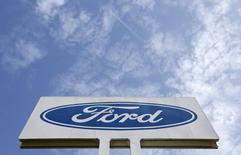 Ford fait état de résultats au troisième trimestre supérieurs aux attentes, à la faveur de performances commerciales solides en Amérique du Nord et en Chine et ce malgré la baisse du chiffre d'affaires liée au lancement du pickup F-150. /Photo d'archives/REUTERS/François Lenoir