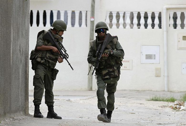 Tunisian soldiers patrol a residence in Oued Ellil, west of Tunis October 23, 2014. REUTERS/Anis Mili