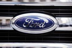 El logo de Ford vista en la parte delantera de una camioneta F-150 en Nueva York. Imagen de archivo, 13 enero, 2014.  Las ganancias del tercer trimestre de Ford Motor Co  superaron las expectativas de Wall Street por una fuerte presencia en América del Norte y China, a pesar de que sus ingresos cayeron debido a los costos por introducir al mercado la camioneta F-150. REUTERS/Lucas Jackson