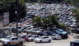 Carros financiados em pátio na rodovia Raposo Tavares, em São Paulo. Os veículos foram tomados pelos bancos após clientes não honrarem o pagamento do empréstimo e irão a leilão. 10/09/2014 REUTERS/Paulo Whitaker