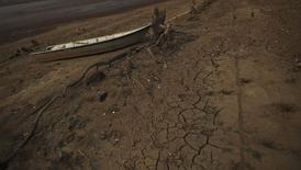 Barco no meio da terra em área da represa Atibainha, em meio à prolongada seca em Nazaré Paulista, no interior de São Paulo, em 17 de outubro de 2014. A pior seca em 80 anos deixou o Sistema Cantareira, que fornece água para a região metropolitana de São Paulo, no pior nível já registrado. REUTERS/Nacho Doce