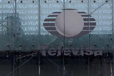 El logo de Telesiva en su casa matriz en Ciudad de México, abr 29 2014. La firma mexicana de medios y telecomunicaciones Televisa reportó el jueves una pérdida a accionistas de 182.8 millones de pesos (14 millones de dólares) en el tercer trimestre, principalmente por un gasto contable por 4,168.5 millones de pesos tras vender su parte en la operadora celular Iusacell.  REUTERS/Tomas Bravo