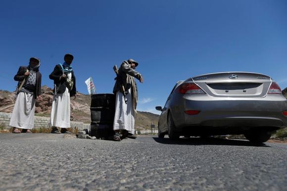 Shi'ite Houthi rebels man a checkpoint in Yareem town of Yemen's central province of Ibb October 22, 2014. REUTERS/Khaled Abdullah