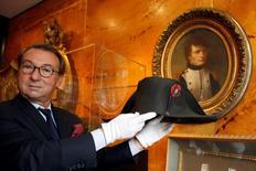 10月24日、フランス皇帝ナポレオン・ボナパルトがかぶっていた「二角帽」が競売に出品されることになった。パリで撮影(2014年 ロイター/Charles Platiau)