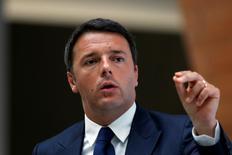 Le président du Conseil italien Matteo Renzi. L'Italie a écrit à Bruxelles que des mesures additionnelles d'ajustement structurel (environ 4,5 milliards d'euros) seraient prises représentant au moins 0,3% de son produit intérieur brut après les demandes d'explications de la Commission européenne sur son projet de budget 2015. /Photo prise le 10 juin 2014/REUTERS/Aly Song