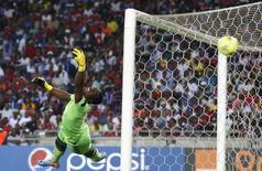 Goleiro do clube sul-africano Orlando Pirates, Senzo Meyiwa, ao tomar um gol durante partida contra o clube egípcio Al Ahli, no Estádio Orlando, em Soweto, Johanesburgo. 2/10/2013. REUTERS/Siphiwe Sibeko