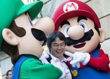 Criador de videogame japonês Shigeru Miyamoto ao lado dos personagens criados por ele Mario e Luigi, em foto de arquivo. 25/10/2012 REUTERS/Felix Ordonez
