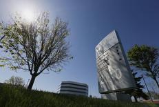 Le laboratoire canadien Valeant Pharmaceuticals International se déclare disposé à relever son offre en numéraire et en actions sur l'américain Allergan à au moins 200 dollars par action. /Photo prise le 20 mai 2014/REUTERS/Christinne Muschi