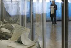 Мужчина на избирательном участке в Киеве 26 октября 2014 года. Досрочные парламентские выборы на Украине прошли открыто и свободно, сообщили наблюдатели Организации по безопасности и сотрудничеству в Европе. REUTERS/Valentyn Ogirenko