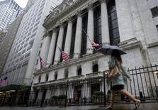 Wall Street a ouvert en baisse lundi sous l'effet de prises de bénéfice après sa forte progression de la semaine dernière et dans l'attente de statistiques sur le secteur des services et le marché immobilier. Quelques minutes après le début des échanges, le Dow Jones cède 0,30%, le S&P-500 perd 0,40% et le Nasdaq abandonne 0,29%. /Photo prise le 23 octobre 2014/REUTERS/Brendan McDermid