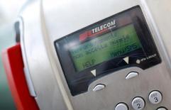 Una cabina telefónica de Telecom Italia en Roma, ago 28 2014. Telecom Italia está en negociaciones avanzadas para vender las torres de telefonía móvil de su unidad brasileña TIM Participacoes (TIM Brasil) y podría llegar a un acuerdo en semanas, dijeron a Reuters tres personas con conocimiento de la situación.  REUTERS/Max Rossi
