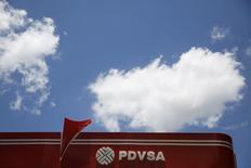 El logo de PDVSA visto en una estación de gasolina en Caracas. Imagen de archivo, 29 agosto, 2014. Petróleos de Venezuela (PDVSA) confirmó que importará crudos livianos para usarlos como diluyentes del crudo extrapesado que produce, una medida que si bien le ahorrará costos a la estatal, también evidencia retrasos en sus principales metas de extracción.  REUTERS/Carlos Garcia Rawlins