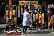 Les ventes au détail au Japon ont augmenté de 2,3% en septembre sur un an, selon les chiffres officiels qui suggèrent une reprise progressive des dépenses de consommation. /Photo prise le 27 octobre 2014/REUTERS/Issei Kato