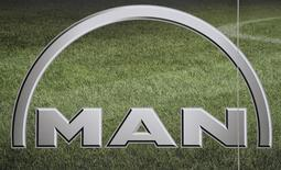 Логотип MAN на автошоу IAA в Ганновере 26 сентября  2014 года. Немецкий автопроизводитель MAN SE понизил прогноз прибыли на 2014 год, совершив третий подобный пересмотр за три месяца, из-за падения спроса на грузовики. REUTERS/Fabian Bimmer