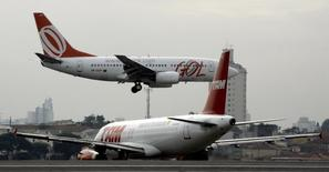 Aeronaves das companhias aéreas TAM e Gol na pista de pouso e decolagem do aeroporto de Congonhas, em São Paulo. 27/07/2007.  REUTERS/Rickey Rogers