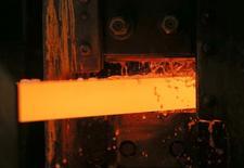 Una barra de cobre pasa por un tratamiento de agua en una planta en Verkhnyaya Pyshma. Imagen de archivo, 17 octubre, 2014. Los precios del cobre tocaron el martes máximos en dos semanas debido a que las perspectivas de suministro fueron opacadas por la amenaza de huelgas en dos minas, mientras que las expectativas de una mayor demanda en China ayudaron a reforzar el optimismo. REUTERS/Maxim Shemetov