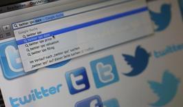 Imagen de archivo de una computadora con símbolos de Twitter en Fráncfort, oct 21 2013. Los esfuerzos de Twitter Inc por mejorar el compromiso de los usuarios y las tasas de crecimiento están tardando más de lo previsto en ofrecer resultados, lo que provocaba una ola de recortes de recomendaciones y de precios objetivos para sus acciones. REUTERS/Kai Pfaffenbach