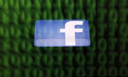 Facebook a vu son chiffre d'affaires bondir de 59% au troisième trimestre, et ainsi dépasser le consensus, à la faveur d'une forte demande qui s'est portée sur ses publicités mobiles. /Photo d'archives/REUTERS/Dado Ruvic