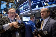 Трейдеры на фондовой бирже в Нью-Йорке 28 октября 2014 года. Американские фондовые индексы подскочили во вторник более чем на 1 процент, а S&P 500 завершил торги выше 50-дневного среднего скользящего значения впервые почти за месяц, поскольку хорошие результаты компаний снизили опасения по поводу прогноза для корпораций. REUTERS/Brendan McDermid