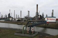 Вид на НПЗ Total под Дюнкерком 28 января 2010 года. Ведущая французская нефтяная компания Total сократила чистую скорректированную прибыль на 2 процента до $3,56 миллиарда в третьем квартале 2014 года, поскольку рост маржи переработки был оттенен снижением стоимости нефти и сокращением добычи. REUTERS/Pascal Rossignol