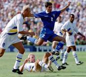 Foto de arquivo da Copa de 1994 mostra o brasileiro Jorginho entre os suecos  Hakan Mild e Klas Ingesson (8). REUTERS/Gary Hershorn