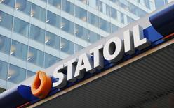 АЗС Statoil в Осло 11 декабря 2012 года. Норвежская Statoil получила чистый убыток в третьем квартале, виной чему стало обесценение активов, сообщив также, что основная прибыль компании сократилась на четверть из-за снижения цен на нефть и газ. REUTERS/Suzanne Plunkett